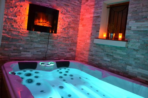 Pose et installation d'un jacuzzi 3 PLACES  BE WELL CANADA SPA sur les hauteurs d'URIAGE