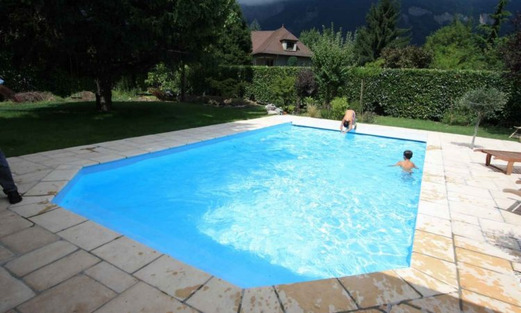 Dallage en pierre pour piscine à Saint-Nazaire-Les-Eymes
